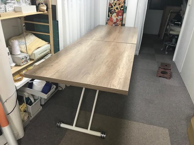 工房のリフォーム36 壁紙シールをテーブルに一枚 張り付けてみました。